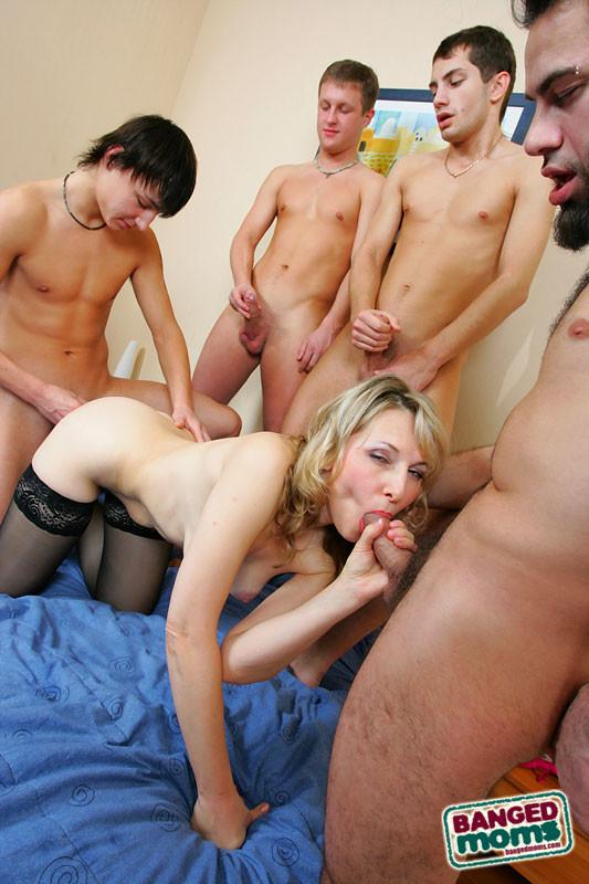 молодые парни трахают старшекурсницу них