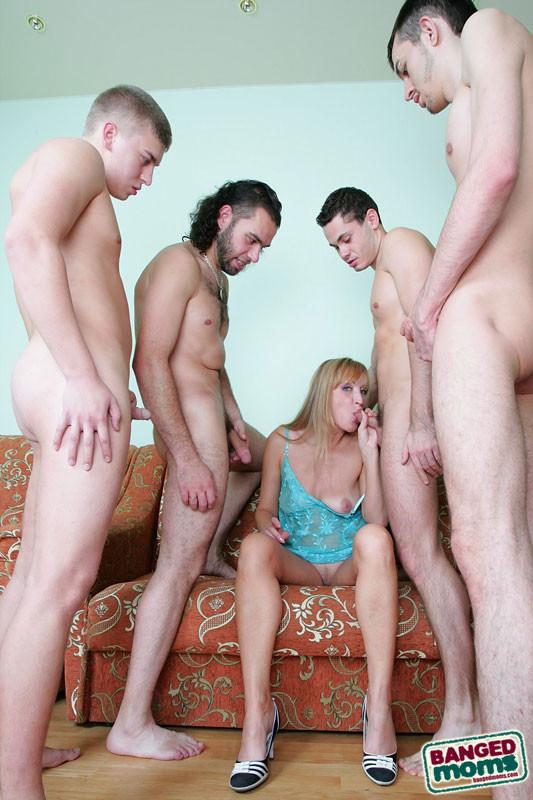 групповое порно фото мамочек с молодыми ней, раздел, целуя