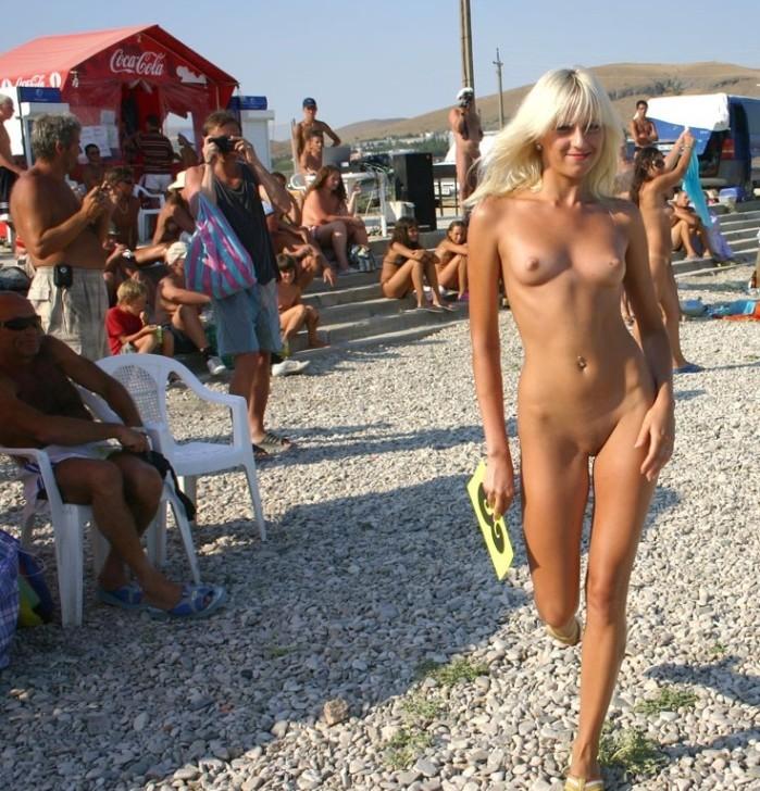 голая девушка на общественном пляже половых