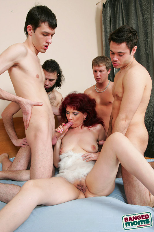 Трах жен с молодыми пацанами