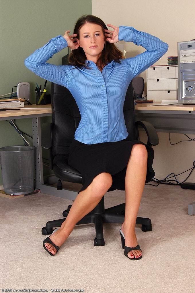 Голая волосатая пизда офисной сучки