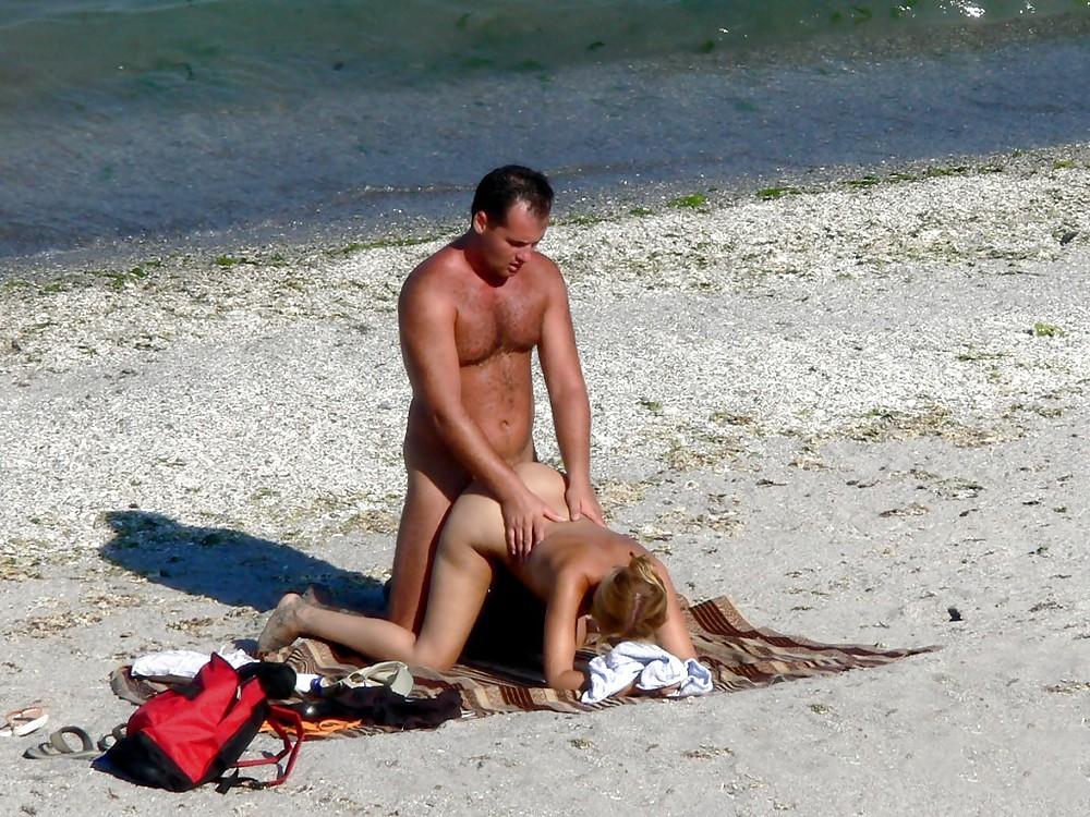 Потрахались на городском пляже среди людей онлайн