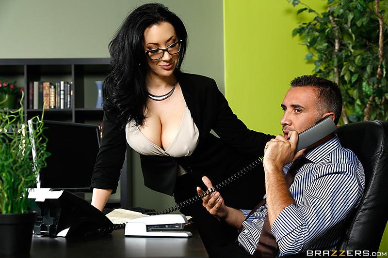 Секс с любимой брюнеткой на работе