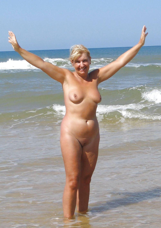 Дает фото голые на пляже в зрелом возрасте