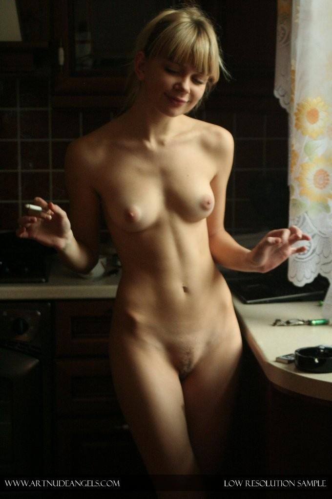 Худая блондинка курит в обнаженном виде