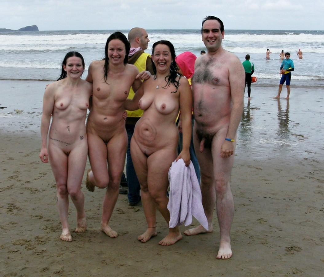 Нудисты Отдыхают На Пляже