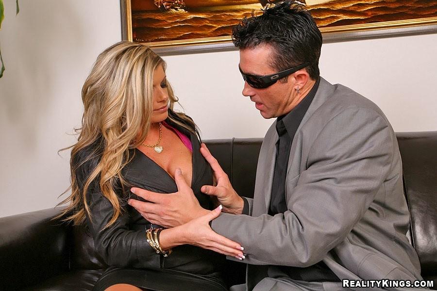 Зрелая секретарша всегда готова предоставить боссу свое тело для секса
