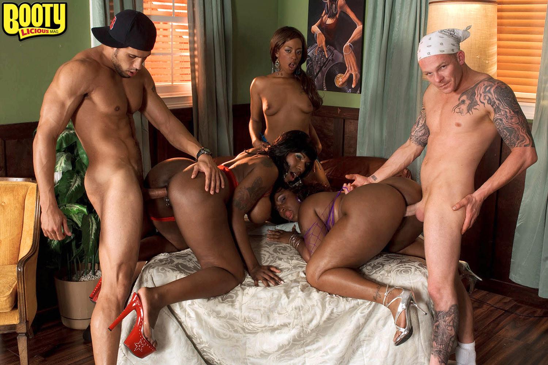 Негритянка зашла к пятерым мужикам порно