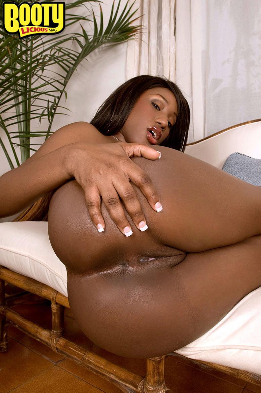Грудастая негритянка с розовым дилдо в пизде