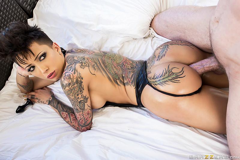 порноактриса с татуированными звездами на животе - 14