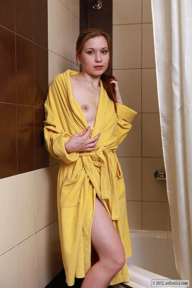 foto-devushki-doma-v-halate-bez-erotiki