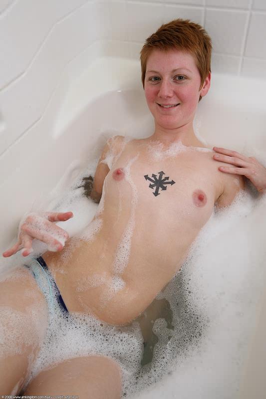 Голая баба с рыжей пиздой принимает ванну