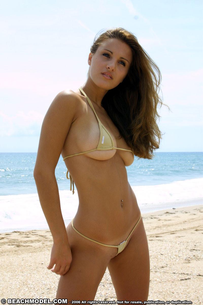 Красотка на пляже в супер мини бикини