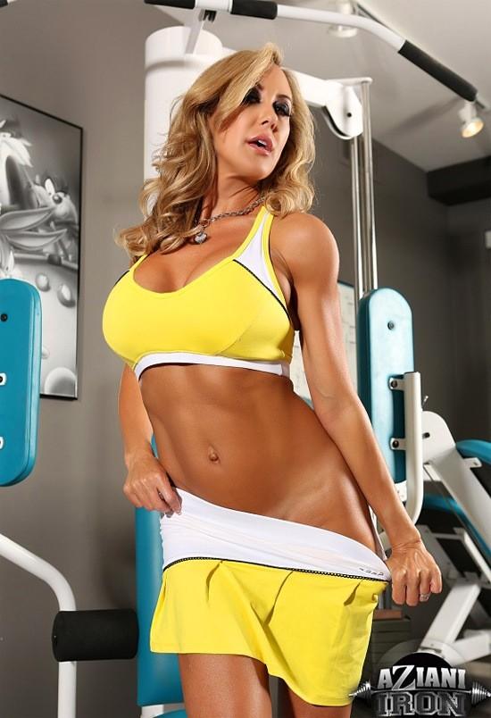 Бренди Лов в обнаженном виде занимается фитнессом