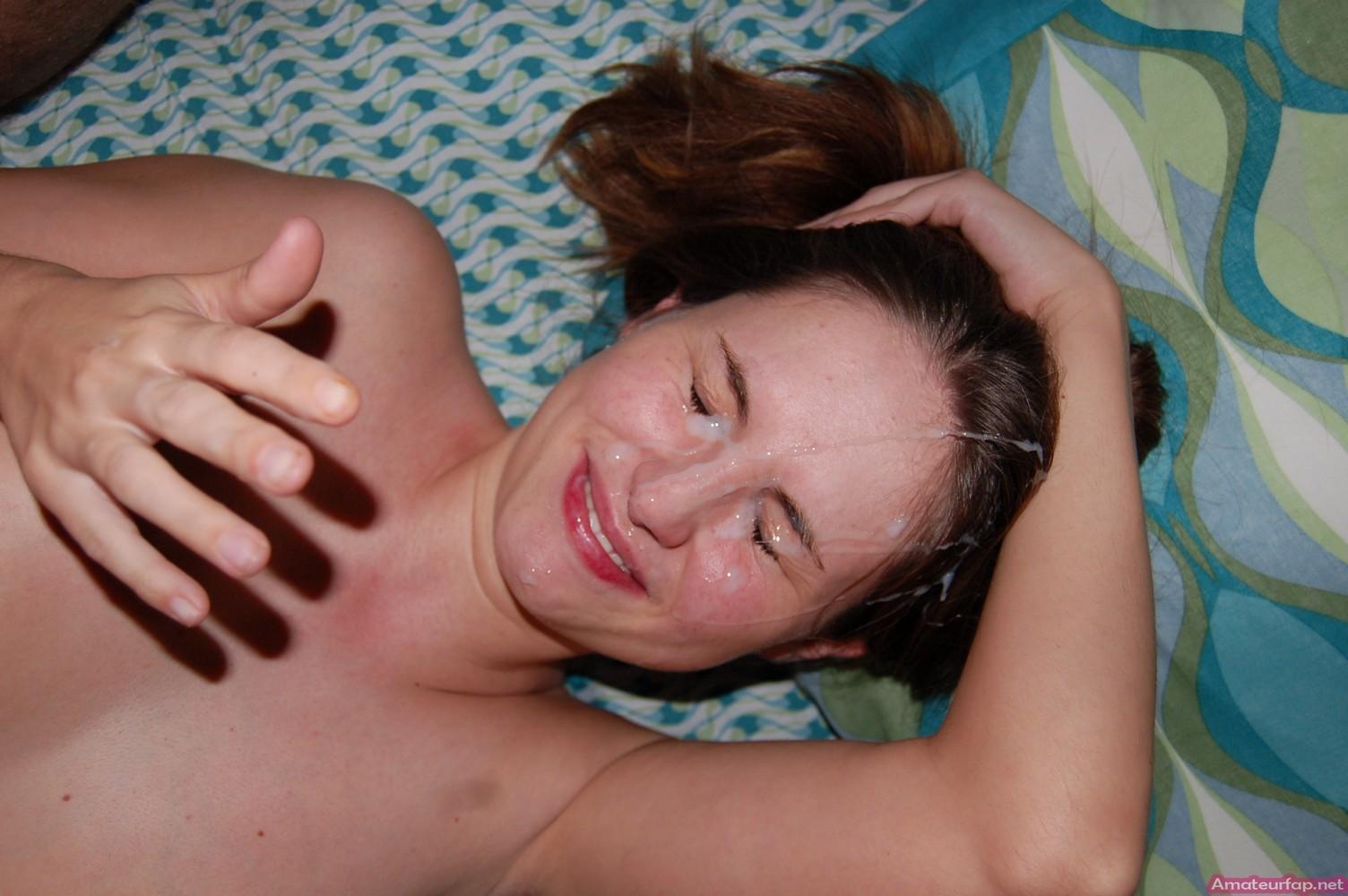 У молоденькой потаскушки с маленькими сиськами сперма на лице