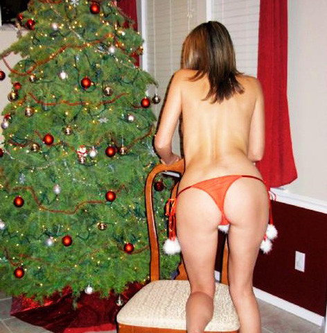 Самые развратные красотки показывают свои тела около рождественской елки в соответствующих костюмах и без