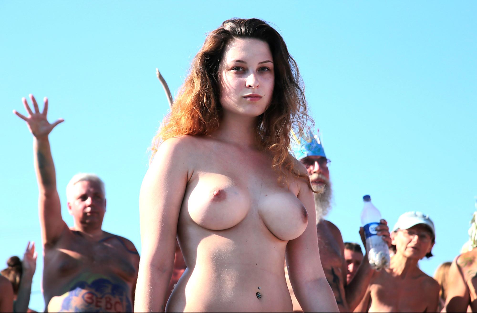 На нудистком пляже много голых девушек, которые с удовольствием показывают себя окружающим