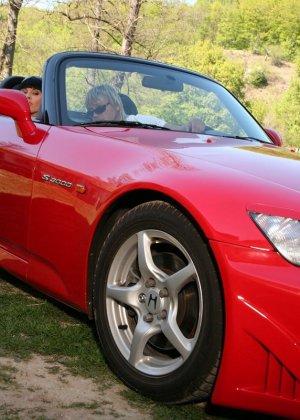 Ебля в жопу гламурной брюнетки на капоте спортивного авто