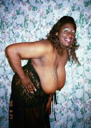 Огромная висячая грудь зрелой негритоски