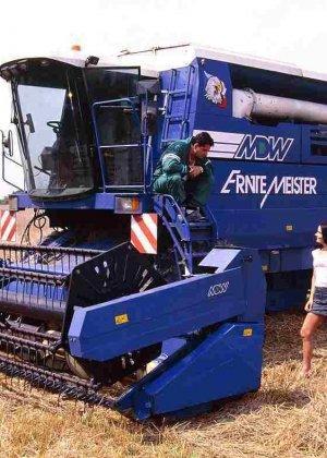 Брюнетка ебется с трактористом на сеновале