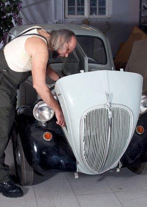 Пожилой механик выебал в гараже ахуенную молодую брюнетку