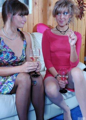 Подруги выпили шампанского и замутили анал со страпоном