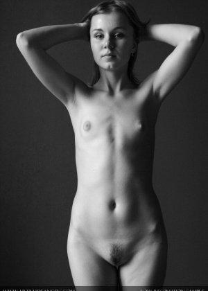 Голая телочка с плоской грудью
