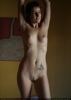 Голая жена любит нюхать свои подмышки