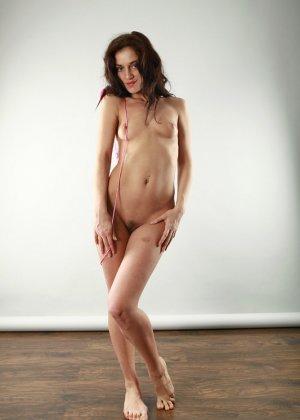 Голая вагина молодой женщины с зонтиком