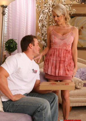 Блондинка занялась сексом с парнем разносчиком пиццы