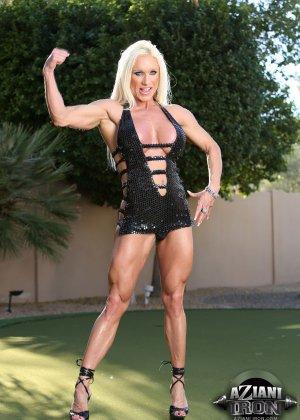Блондинка бодибилдерша показывает мышцы и большой клитор