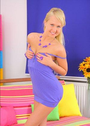 Ебут молодую русскую блондинку в обе дырки
