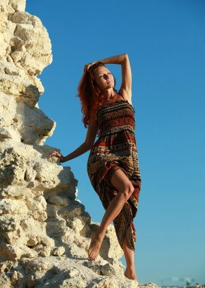 Голая худая рыжая девушка на природе