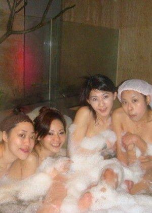 Голые азиатки в бане