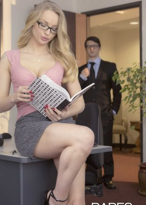 Трахает девушку блондинку в офисе