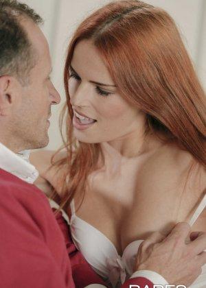 Кончил на лицо красивой рыжей шлюхе с бритой пиздой