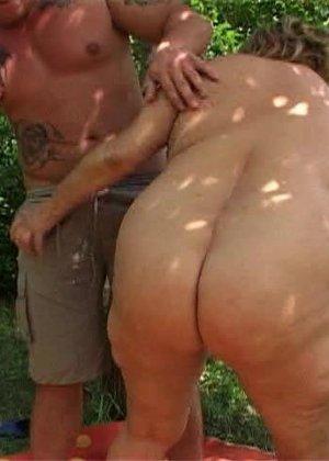 Ебля толстой женщины в лесу