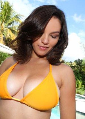 Shae Summers начала сосать у любовника в бассейне, а продолжили они ебаться уже дома