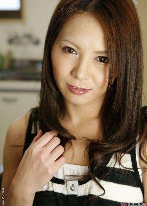 Ебут волосатую азиатку, а она лижет жопу