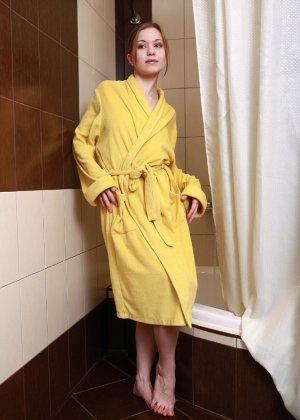 Голая пизда милой девушки в желтом халате