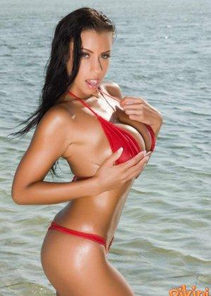 Девушка на пляже в красном бикини