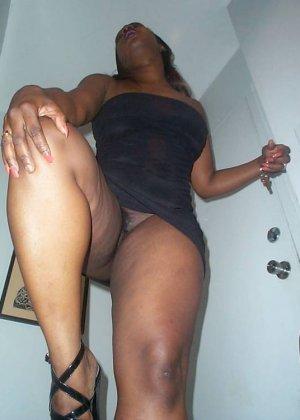 Смачная негритянка без трусов под коротким платьем