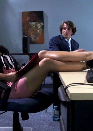 Asa Akira ебется на рабочем столе с подчиненным
