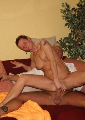 Жанин сначала доставляет удовольствие ротиком, а затем насаживается на возбужденный член сверху