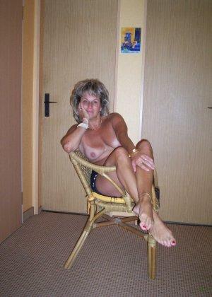 Зрелая дамочка достаточно решительна для того, чтобы показать свою хорошо сохранившуюся фигуру