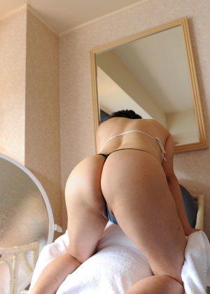 Красивая милашка позирует перед фотографом в прозрачных трусиках