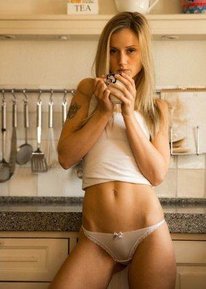 В этой галерее можно насладиться красотой девушек в домашней обстановке, которые раздеваются прямо на кухне