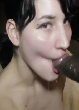 Белокожая девушка отсасывает негру – ему нравится пихать свой огромный член в ее нежный ротик