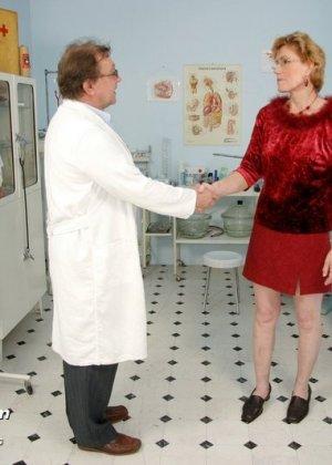 Пожилая дама на обследовании гинеколога