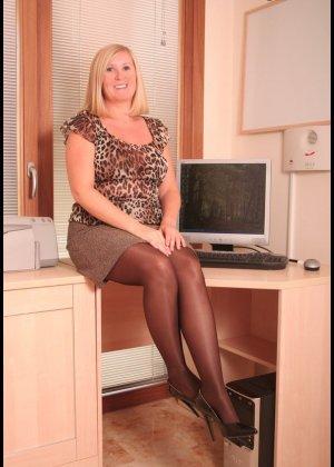 Зрелая офисная дама в колготках показала грудь